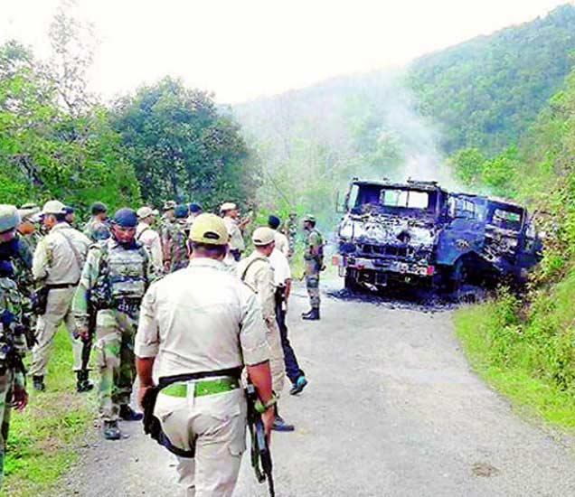 हल्ल्यानंतर बसची अशी अवस्था झाली होती. - Divya Marathi