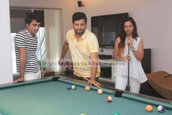 EXCLUSIVE :  'तुझ्या विन मरजावाँ' चित्रपटाच्या टीममध्ये रंगला स्नुकरचा डाव|मराठी सिनेकट्टा,Marathi Cinema - Divya Marathi