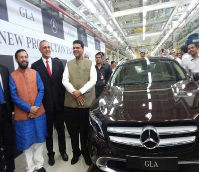 कारचे उद्घाटन करतान मुख्यमंत्री देवेंद्र फडणवीस आणि केंद्रीय मंत्री प्रकाश जावडेकर - Divya Marathi