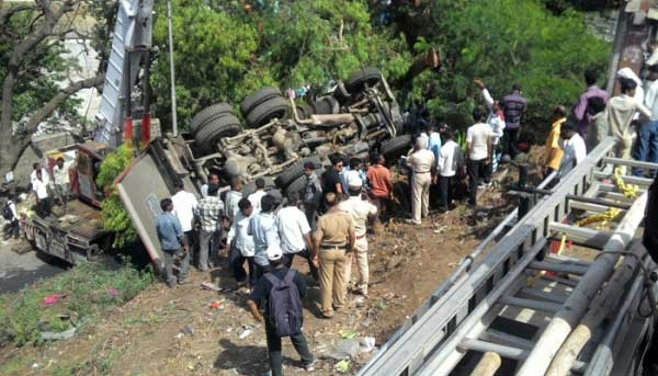PHOTOS: नियंत्रण सुटल्याने डंपरची 11 गाड्यांना धडक, पुण्यात सहा ठार|पुणे,Pune - Divya Marathi