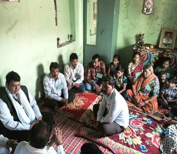 फाईल फोटो- मुख्यमंत्री देवेंद्र फडणवीस यांनी मागील महिन्यात बुलढाणा जिल्ह्यातील संग्रामपूर तालुक्यातील लाडणापूर येथील आनंदराव दुधमल या आत्महत्याग्रस्त शेतकऱ्याच्या कुटुंबियांची सांत्वनपर भेट घेतली होती. - Divya Marathi