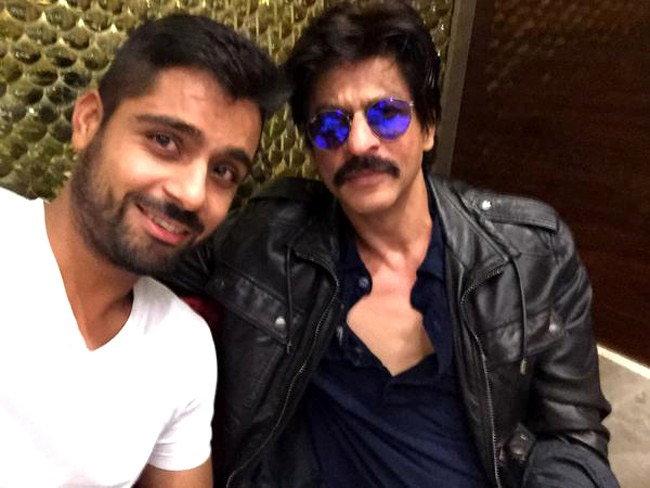 'दिलवाले'च्या शूटिंगसाठी रवाना झाला शाहरुख, एअरपोर्टवर दिसला नवीन लूकमध्ये| - Divya Marathi