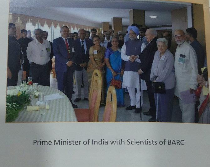 बुकलेट मोदी सरकारचे, फोटो मात्र मनमोहन सिंगांचा, मंत्रीमहोदय चिडीचूप! देश,National - Divya Marathi