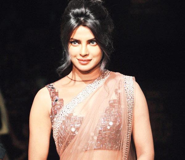 सुश्मिता, अनुष्का, निकोल, या आहेत बॉलिवूड-हॉलिवूडच्या सर्वात उंच अभिनेत्री  - Divya Marathi