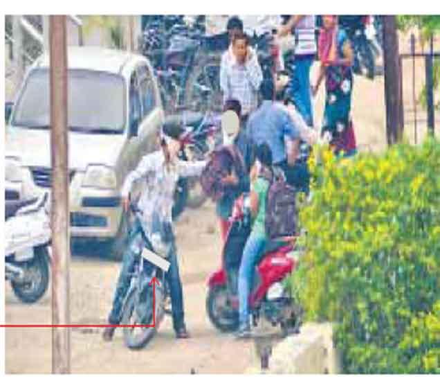 अकोला शहरात युवक-युवतीचा भररस्त्यात धिंगाणा, पाहा PHOTOS|अकोला,Akola - Divya Marathi