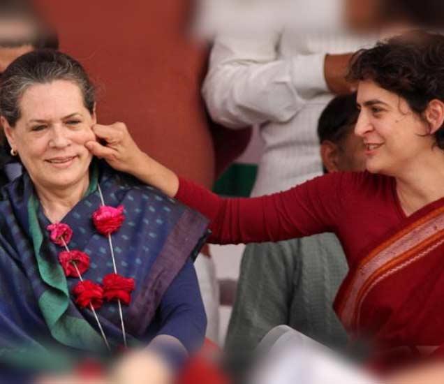 काँग्रेस अध्यक्षा सोनिया गांधी आणि त्यांची मुलगी प्रियंका गांधी. - Divya Marathi