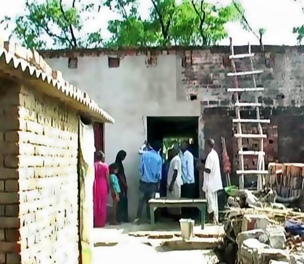UP मध्ये प्रेमी युगुलाला काळे फासून गावात फिरवले, MLA च्या मुलाचा प्रताप| - Divya Marathi