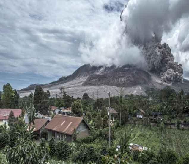 इंडोनेशियात धगधगत्या लाव्हाचे पाट पायथ्याशी, 10 हजार लोक विस्थापित विदेश,International - Divya Marathi