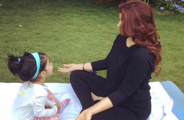 अक्षयची मुलगी निताराने दाखवली योगा पोज, बेडवर केले आसन| - Divya Marathi