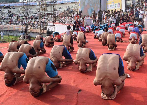VIDEO: नागपुरात फडणवीस-गडकरींचा एकत्रित \'योगा\', मुस्लिम बांधवांची उपस्थिती मुंबई,Mumbai - Divya Marathi