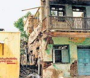 पैसे भरूनही महापालिका पाडेना धोकादायक इमारत अहमदनगर,Ahmednagar - Divya Marathi