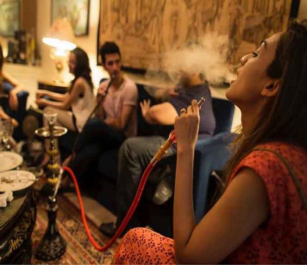बघा, बघा... पाकिस्तान कन्झरव्हेटिव्ह नाही, तरुणी अशी मारतात मौजमजा|विदेश,International - Divya Marathi