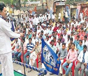 भूमी अधिग्रहण विधेयक शेतकऱ्यांना संपवू पाहतेय, अॅड. सदाफुले यांचा आरोप सोलापूर,Solapur - Divya Marathi