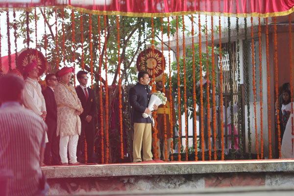 अखेर कुणाच्या स्वागतासाठी हातात पांढरे गुलाब घेऊन उभा आहे सलमान?  - Divya Marathi