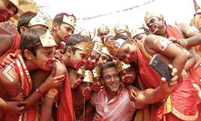 सेल्फी ले ले रे... पाहा Selfieसाठी किती क्रेझी आहे \'दबंग खान\'| - Divya Marathi