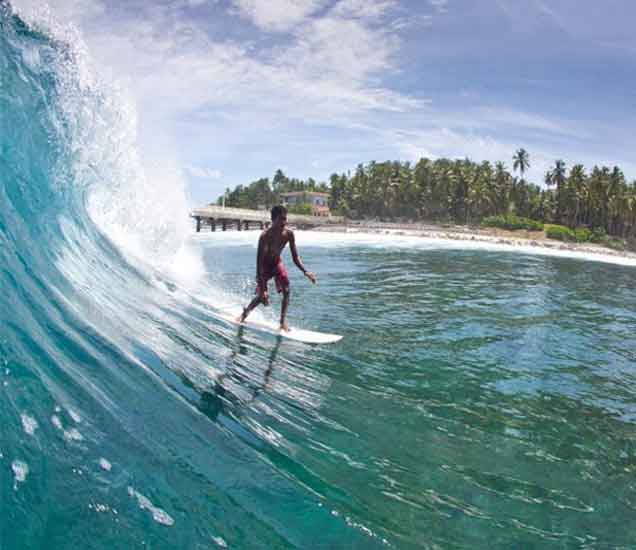 भारतात समुद्राच्या उंच लाटांमध्ये सर्फिंग करण्यासाठी प्रसिध्द आहेत या  ८ जागा| - Divya Marathi