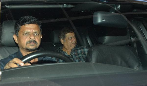 सलमान खान प्रमोशनमध्ये बिझी, साजिद-डेविडसोबत दिसला थिएटरबाहेर| - Divya Marathi