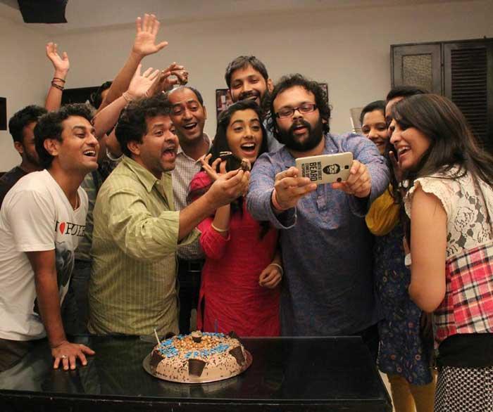 It\'s Party Time : \'दिल दोस्ती दुनियादारी\'ची शंभरी, सेटवर केक कापून झाले सेलिब्रेशन|मराठी सिनेकट्टा,Marathi Cinema - Divya Marathi