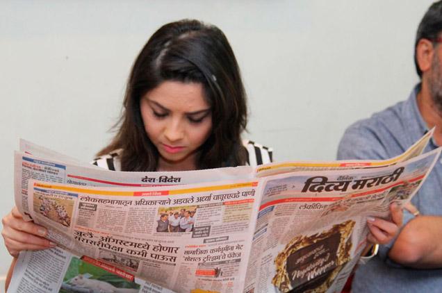 OMG : सोनाली कुलकर्णीने वाटले घरोघरी न्यूजपेपर? का आणि कधी जाणून घ्या मराठी सिनेकट्टा,Marathi Cinema - Divya Marathi