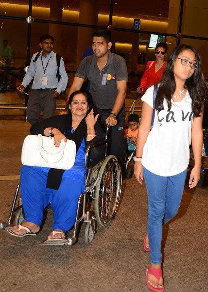 लंडनमध्ये सुटी एन्जॉय करुन कुटुंबासोबत परतले अजय-काजोल, एअरपोर्टवर कंगना झाली SPOT|देश,National - Divya Marathi