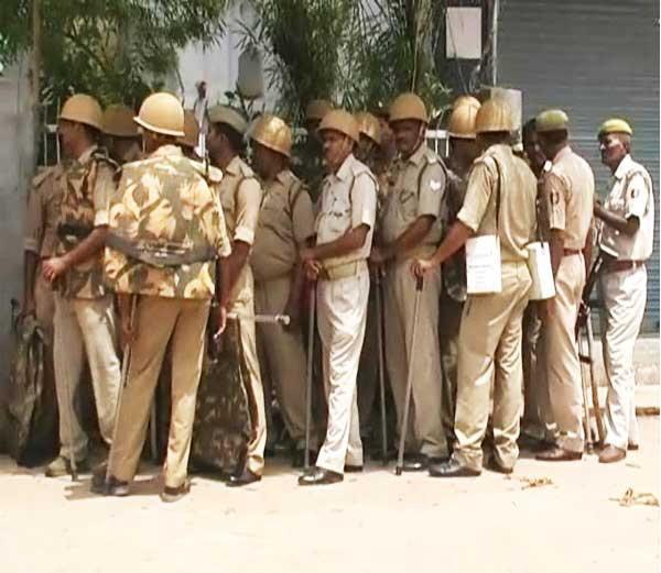 वासराची कत्तल झाल्याने युपीत उसळली धार्मिक दंगल; महोबा येथे जाळपोळ| - Divya Marathi