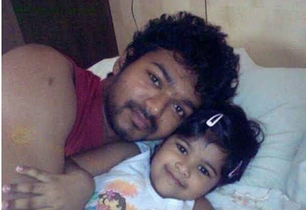 #SelfieWithDaughter: या नामी हस्तींनी मुलींसोबत शेअर केले सेल्फी|देश,National - Divya Marathi