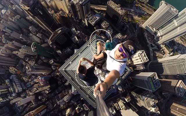 Selfie काढा पण जीव सांभाळा, अपघात टाळण्यासाठी पोलिसांचे पत्रक|विदेश,International - Divya Marathi