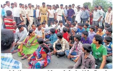 रास्ता रोको आंदोलन करताना सामदा येथील शासकीय निवासी शाळेचे विद्यार्थीसह नागरिक - Divya Marathi