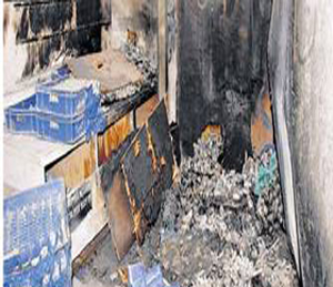 कृष्णा कोटिंग कंपनीतील मेटल प्राेसेसिंग भट्टीत स्फोट झाल्यानंतर लागलेल्या आगीत भस्मसात झालेला कच्चा माल. छाया : धनंजय दारुंटे - Divya Marathi