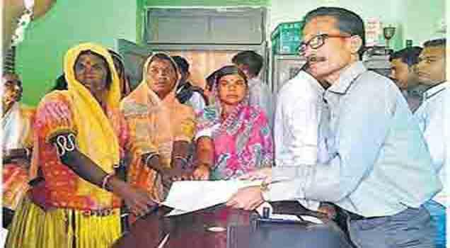 गटविकास अधिकारी यांना निवेदन देताना ग्रामस्थ. - Divya Marathi