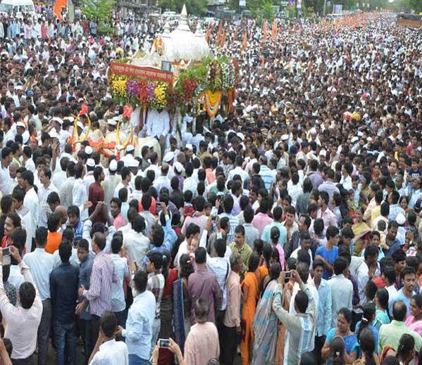 गुरुवारी सायंकाळी साडेपाचच्या सुमारास पालखीचे पिंपरी-चिंचवड शहरात आगमन झाले. - Divya Marathi