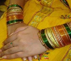 कोणत्या स्त्रीला दान करावे सौभाग्याचे सामान, प्राप्त होते लक्ष्मी कृपा  - Divya Marathi