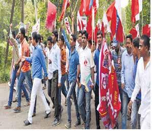 विद्यार्थ्यांच्या विविध संघटनांनी आपल्या मागण्यांसाठी गुरुवारी एकत्रितपणे मोर्चाद्वारे शक्तिप्रदर्शन केले. छाया : माजिद खान - Divya Marathi