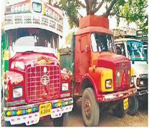 क्षमतेपेक्षा अधिक वाळूची वाहतूक करणारे ट्रक पोलिसांनी जप्त केले आहेत. - Divya Marathi