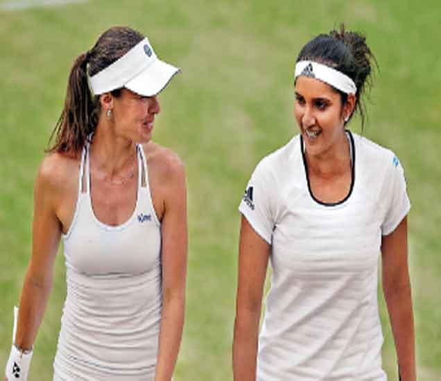 महिला दुहेरीचा सामना जिंकल्यानंतर हसतमुख बाहेर पडताना मार्टिना अाणि सानिया मिर्झा. - Divya Marathi