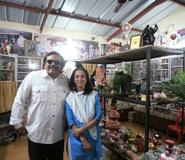 पत्नीसोबत भावेश भाटिया - Divya Marathi