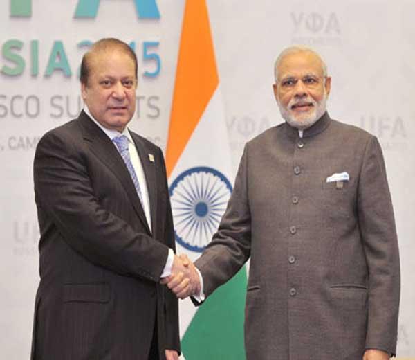 पंतप्रधान नरेंद्र मोदी आणि पाकिस्तानचे पंतप्रधान नवाझ शरीफ यांच्या भेटीबाबत शिवसेनेने नाराजी व्यक्त केली आहे. याबाबत पक्षप्रमुख उद्धव ठाकरे यांनी पत्रकार परिषद घेऊन मोदींच्या धोरणावर टीका केली आहे. - Divya Marathi