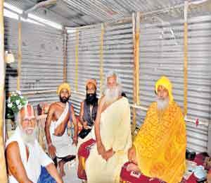 कुंभमेळ्यानिमित्त देशभरातून असंख्य साधू-संत नाशिकमध्ये दाखल हाेत असून साधूग्राममध्ये त्यांची निवासव्यवस्था करण्यात येत अाहे. - Divya Marathi
