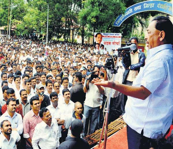 नारायण राणे पदाधिकारी व कार्यकर्त्यांना मार्गदर्शन करताना.. - Divya Marathi