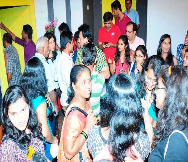 XCLUSIVE : मराठी SRKची FAN फॉलोविंग, कसा अडकला 'सेल्फी' चाहत्यांच्या गराड्यात? जाणून घ्या|मराठी सिनेकट्टा,Marathi Cinema - Divya Marathi