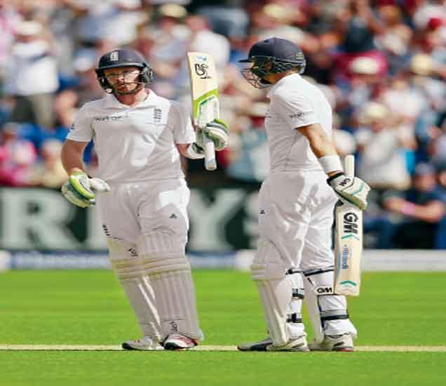 अाॅस्ट्रेलियाविरुद्ध पहिल्या कसाेटीच्या दुसऱ्या डावात धावा काढताना इंग्लंडचा इयान बेल. - Divya Marathi