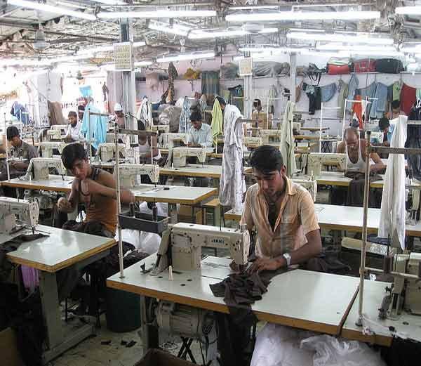 मुंबईतील धारावी झोपडपट्टीतील झोपड्यात असलेली रेडीमेड गारमेंटची फॅक्ट्री- फाईल फोटो. - Divya Marathi