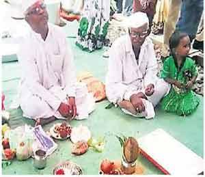 रांजणगाव शेणपंुजीत विवाह सोहळ्यासाठी जय्यत तयारी करण्यात आली होती. पूजेसाठी लक्ष्मीकांत देशमुख गुरुजी मंडपात दाखल झाले होते. छाया : दिव्य मराठी - Divya Marathi