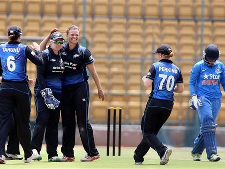 भारताची विकेट मिळाल्यानंतर जल्लोष करताना न्यूझिलँडचा संघ. - Divya Marathi