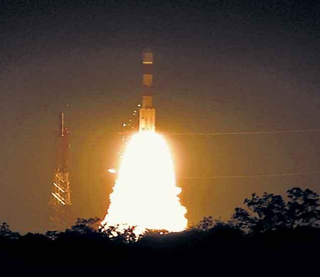 इस्रोचे पीएसएलव्ही-सी २८ हे अत्याधुनिक उपग्रह प्रक्षेपण यान ब्रिटनचे पाच उपग्रह घेऊन अंतराळाच्या दिशेने झेपावले आणि या क्षेत्रात भारताच्या नव्या पर्वाला प्रारंभ झाला. - Divya Marathi