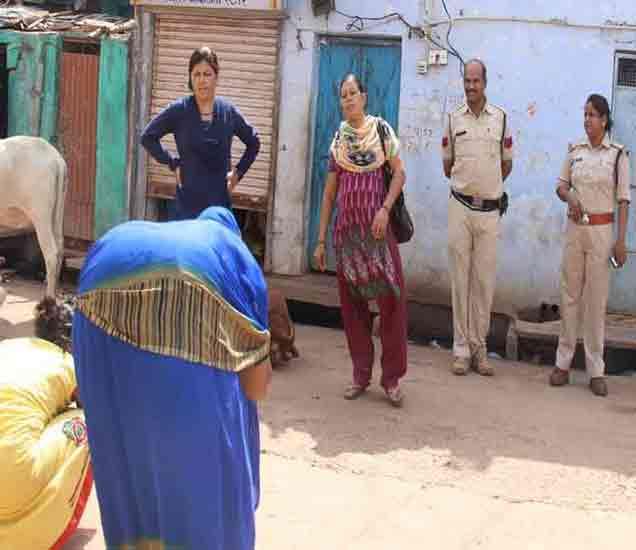 गतीमंद सेक्सवर्कर आणि छाप्यात सापडलेल्या महिलेला भररस्त्यात पोलिसांनी शिक्षा केली. - Divya Marathi