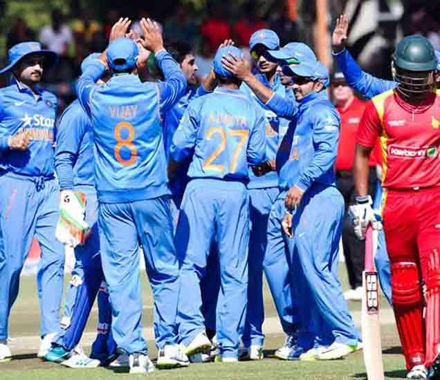 झिम्बाब्वेच्या विकेटनंतर आनंद साजरा करताना टीम इंडिया. - Divya Marathi