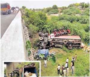 कंटेनर-गॅस टँकरचा झाला काटेपूर्णा पुलावर अपघात|अकोला,Akola - Divya Marathi