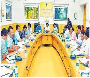 जिल्हाधिकारी कार्यालयात आयोजित बैठकीत पालकमंत्री प्रवीण पोटे यांनी रेशीम उद्योगाच्या विकासाचा आढावा घेतला. - Divya Marathi