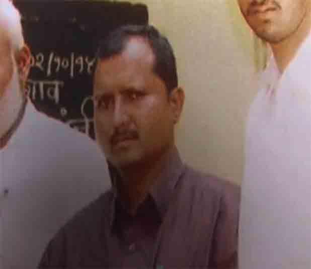 दोघांच्या मध्ये असलेल्या याच शिक्षकाने मुलींचा विनयभंग केल्याचा आरोप आहे. - Divya Marathi